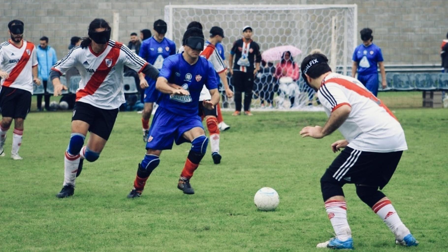 Imagen: Froilán Padilla y Claudio Monzón disputan el balón