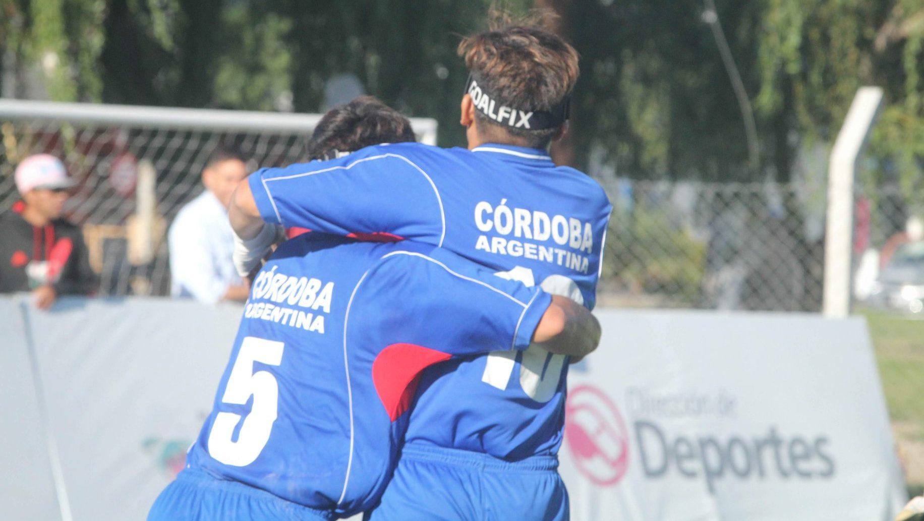 Imagen: dos jugadores se abrazan festejando un gol