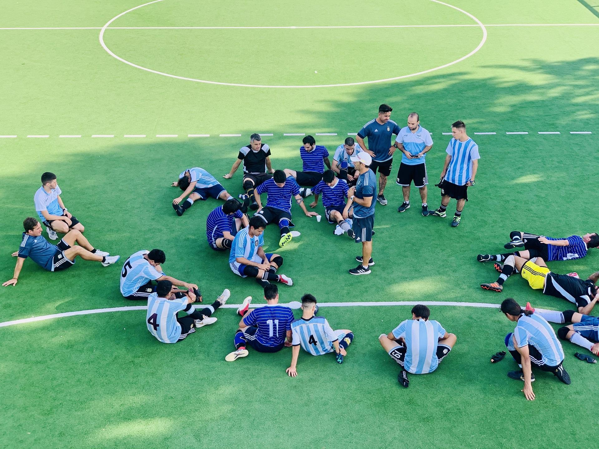 Martín Demonte rodeado de sus jugadores