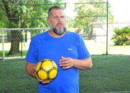 Diego Cerega al mando de un entrenamiento.