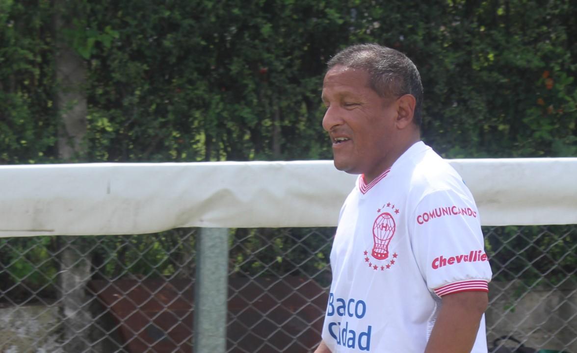 """Marcelo """"Laucha"""" De Santiago en su partido número cien en Huracán."""